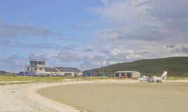 显示海滩的巴拉岛机场在前景 库存照片