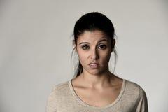 显示消极感觉和蔑视的美丽的傲慢和喜怒无常的西班牙妇女表情 库存图片
