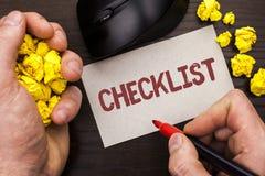 显示清单企业照片的文字笔记陈列Todolist名单计划书面的挑选报告反馈数据查询表  免版税库存照片