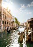 显示游人威尼斯市,意大利的平底船的船夫 库存图片