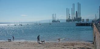 显示游艇和抽油装置的Cromarty 图库摄影