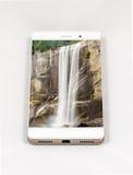 显示瀑布的整个银幕的图片现代智能手机 库存图片