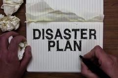显示灾害计划的文字笔记 企业照片陈列反应紧急准备生存和急救工具人hol 图库摄影