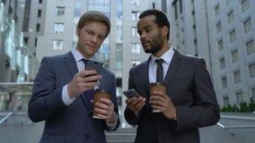 显示照片的咖啡休息的同事从在电话的假期,通信 股票录像