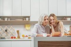 显示照片的快乐的少妇对她的妈妈 免版税库存图片