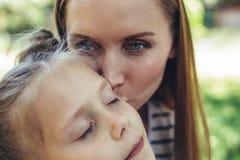 显示爱的愉快的母亲对孩子 图库摄影