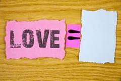 显示爱的文字笔记 陈列强烈的感觉深刻的喜爱浪漫性附件关系writt的企业照片 免版税库存照片