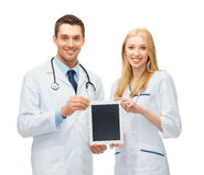 显示片剂个人计算机的年轻医生 免版税图库摄影