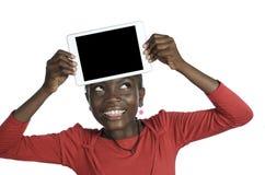 显示片剂个人计算机,赠送阅本空间的非洲女孩 免版税图库摄影