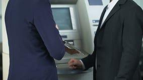 显示片剂的银行家客户如何在网上付电费单和撤出现金 股票录像