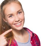 显示牙齿括号的青少年的女孩画象 库存图片