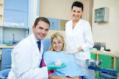 显示牙齿模子的牙医 图库摄影