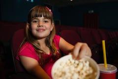 显示玉米花容器的女孩画象 免版税图库摄影