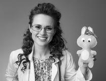 显示玩具的微笑的儿科医生医生  库存图片