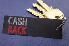 显示现金后面Cashback的手写的文本 企业在便条纸写的金钱保证的概念文字附有ke 免版税库存照片
