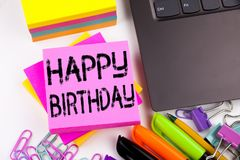 显示生日快乐的文字文本做在有周围的办公室例如膝上型计算机,标志,笔 Anniver的企业概念 库存图片