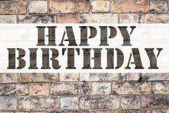显示生日快乐的概念性公告文本说明启发 书面的周年庆祝的企业概念  免版税库存照片
