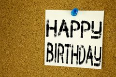显示生日快乐的概念性手文字文本说明启发 书面的周年庆祝的企业概念  免版税图库摄影