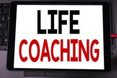 显示生活教练的概念性手文字文本说明启发 在片剂写的个人教练帮助的企业概念 免版税库存照片