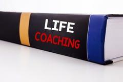 显示生活教练的概念性手文字文本说明启发 在bo写的个人教练帮助的企业概念 库存照片