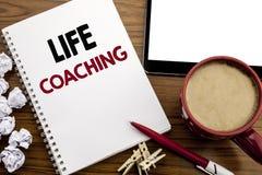 显示生活教练的概念性手文字文本说明启发 在notepa写的个人教练帮助的企业概念 免版税图库摄影