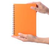 显示由人的手的空白的笔记本 免版税库存照片