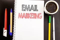显示电子邮件行销的文字文本 在笔记薄与spac的便条纸背景写的网上网促进的企业概念 库存图片