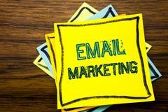 显示电子邮件行销的概念性手文字文本说明启发 在sti写的网上网促进的企业概念 库存照片