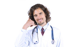 显示电话手标志姿态的医生 胳膊关心健康查出滞后 免版税库存图片