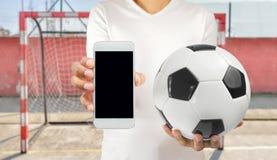 显示电话的足球运动员 库存照片