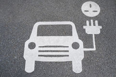 显示电车的路标充电的点 免版税库存照片