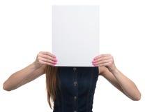显示白纸板料的妇女 免版税库存照片