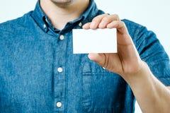 显示白色空白的名片的人被隔绝 在卡片的焦点 免版税库存图片