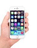 显示白色苹果计算机的iPhone 6 homescreen 免版税库存图片