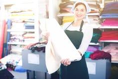 显示白色织品的卖主 库存图片