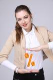 显示百分之的标志妇女 银行存款或销售概念 库存图片