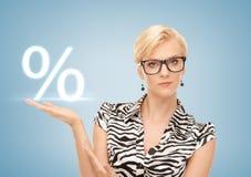 显示百分之的迹象妇女在她的手 免版税图库摄影