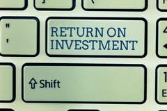 显示的概念性手文字回收投资 在净盈利和费用之间的企业照片陈列的比率 图库摄影