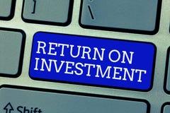 显示的概念性手文字回收投资 在净盈利和费用之间的企业照片陈列的比率 库存图片