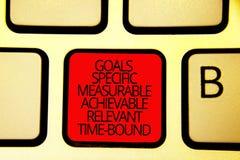 显示目标具体可测量的可达成的相关的时间区域的文本标志 概念性照片战略使命键盘红色钥匙Int 免版税库存照片