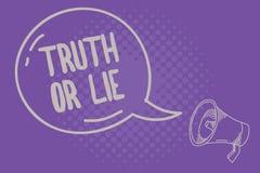显示真相或谎言的文本标志 在是之间的概念性照片决定诚实的不诚实的挑选疑义决定 库存例证