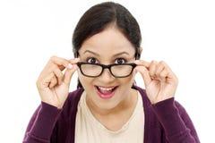 显示眼睛玻璃的年轻女性眼镜师 图库摄影