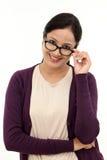 显示眼睛玻璃的年轻女性眼镜师 库存图片