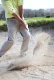 显示砂槽的高尔夫球运动员 免版税库存图片