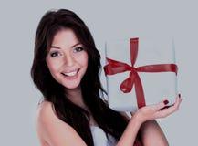 显示礼物的愉快的微笑的女孩 免版税库存照片
