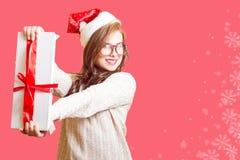 显示礼物盒美丽的少妇的图片 免版税库存图片