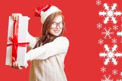 显示礼物盒美丽的少妇的图片 免版税图库摄影