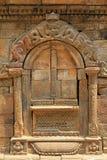 显示神话人物的石门框在Patan,尼泊尔 免版税库存图片