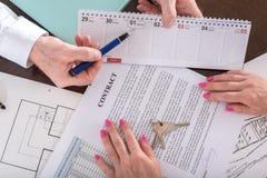 显示租约的有效日期房地产开发商 免版税库存图片