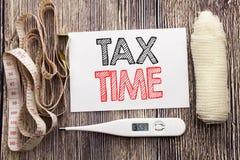 显示税时间的手写的文本 企业健身健康空征税财务提示书面稠粘的笔记的概念文字 图库摄影